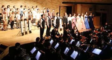 オープニングオペラで歌声を響かせる出演者