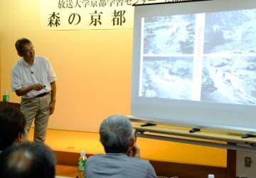 桂川の水運と京都の町家の関係について講演する丸山教授(京都府南丹市美山町)