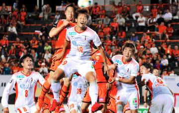 【山口―愛媛FC】前半、相手CKで競り合う愛媛FC・藤本(中央)=山口市の維新みらいふスタジアム