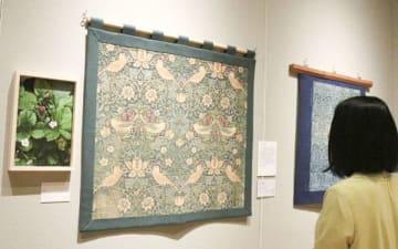 【織作さんが撮影したイチゴの写真(左)とモリスの代表作の一つ「いちご泥棒」=四日市市安島の市立博物館で】