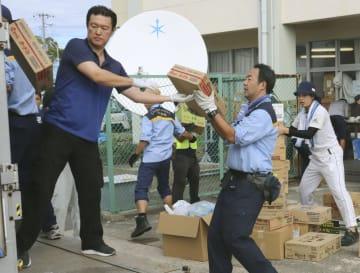 千葉県館山市役所で、届いた支援物資の荷降ろしをするボランティアら=15日午前9時ごろ