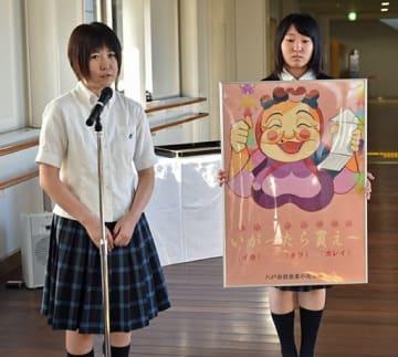 自身が制作したポスターを紹介する小林さん(左)