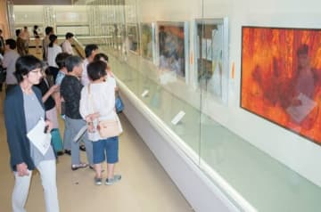 ずらりと並ぶ力作に見入る来場者=14日、鳥取市の鳥取県立博物館