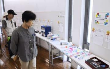 アイデア作品を鑑賞する来場者=14日、南部町鶴田のとっとり花回廊