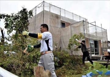 被災した家屋の倒木撤去作業をするボランティア=14日午前9時20分ごろ、八街市