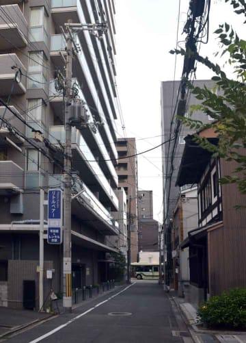 通りを挟んで東西で建築物のデザイン基準が異なる醒ケ井通。東(写真右)側が「旧市街地型美観地区」で、西側が「沿道型美観地区」(京都市下京区醒ケ井通四条下ル)