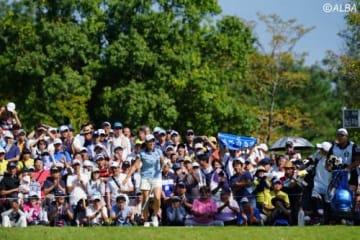 「賑やかな」会場で渋野日向子が楽しいゴルフを続けた(撮影:岩本芳弘)