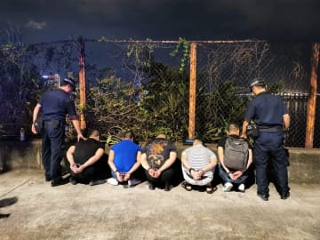 マカオ税関がタイパ島北部沿岸の陸地で身柄を拘束した密航者(写真:澳門海關)