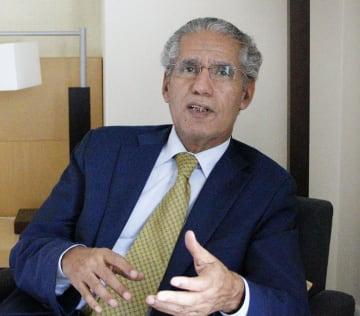インタビューに答える西サハラ亡命政府のサーレク外相