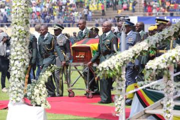 ジンバブエ前大統領の国葬営まれる
