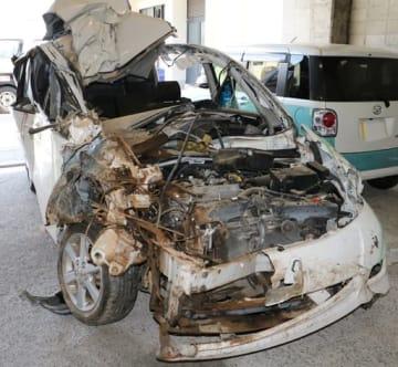 福山市柳津町の事故で大破した乗用車(15日午後、福山西署)