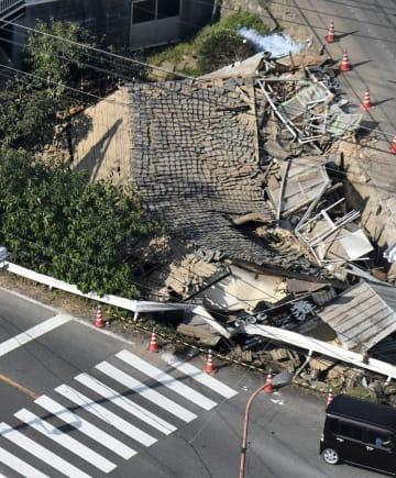 広島県福山市柳津町の現場。事故後に車を撤去した際に家全体がつぶれた=15日午後(共同通信社ヘリから)