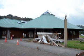「きみつふるさと物産館」は停電中で、写真左奥のトイレも使用できなかった。建物の前の残骸は台風の影響か