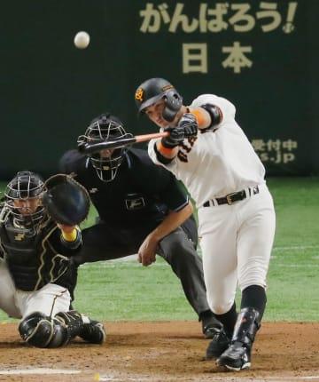 8回巨人2死一塁、ゲレーロが左中間に逆転2ランを放つ。捕手梅野=東京ドーム