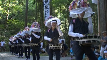 神社で「久谷ざんざか踊り」を奉納する踊り手