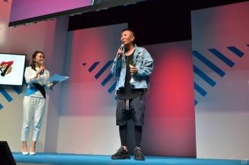 名越氏は、つい先程受賞したばかりの、日本ゲーム大賞フューチャー部門のトロフィーを携えて登場した。