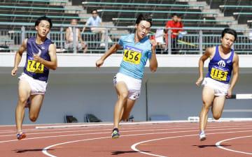 男子200メートル決勝 20秒70で優勝した山下潤(中央)=岐阜長良川競技場