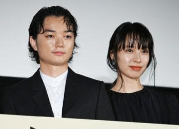 映画「最初の晩餐」の完成披露上映会に登場した染谷将太さん(左)と戸田恵梨香さん