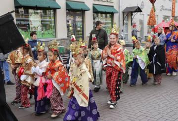 15日、モスクワ中心部のアルバート通りを着物姿で練り歩く子どもたち(共同)
