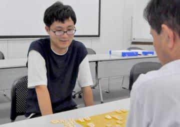 山陽アマ名人戦で初めての挑戦権を獲得した羽仁さん(左)