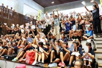 服部勇馬選手が東京五輪代表に内定し、歓喜に沸く地元の人たち=15日、十日町市