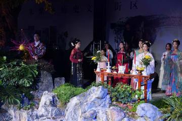 漢服愛好家、月に祈りささげる儀式 福建省福州市