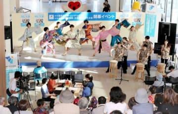 下駄総踊りも披露された国民文化祭、全国障害者芸術・文化祭の開幕イベント=15日、新潟市中央区