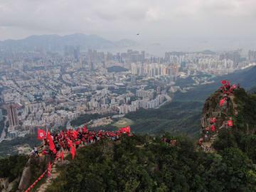 香港市民、獅子山頂上で暴力と混乱の阻止を呼びかけ