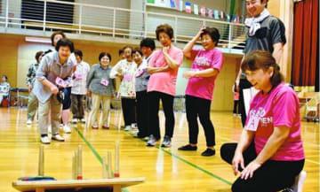 輪投げを楽しむ高齢者ら=吉野川市美郷の市ふるさとセンター