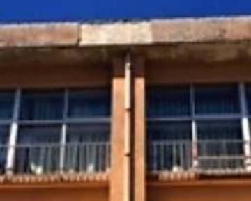 外壁が落下した普天間小学校の校舎(宜野湾市教育委員会提供)