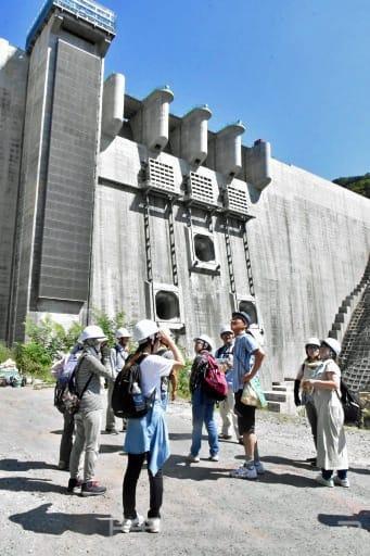 ダム本体を間近に見上げる参加者