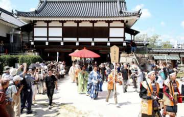 見物客が見守る中、広島城に入城する時代行列(撮影・川村奈菜)