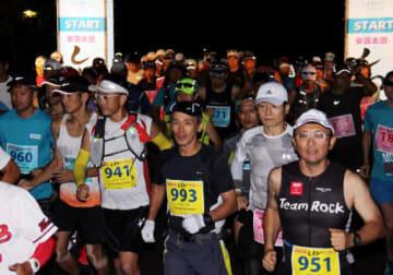 夜明け前にスタートする100キロと88キロ部門の参加者