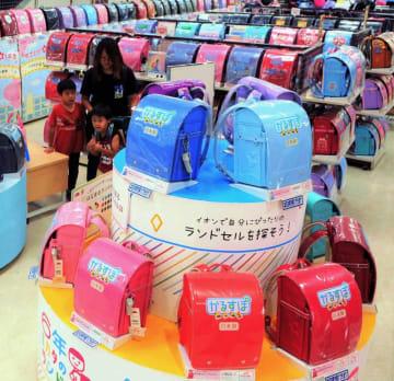 色とりどりのランドセルが並ぶイオン南風原店の特設売り場=12日、南風原町