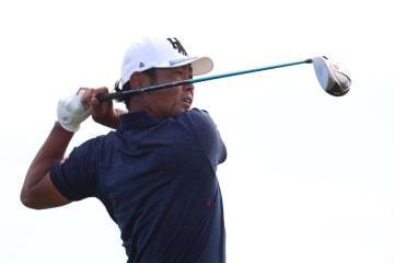 欧州ゴルフのKLMオープン最終ラウンド、18番ティーショットを放つ谷原秀人=15日、アムステルダム(ゲッティ=共同)