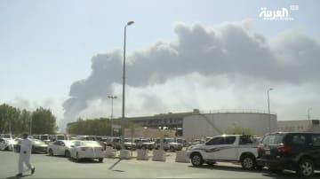 14日、無人機攻撃を受け煙を上げるサウジアラビア・アブカイクの石油施設のテレビ映像(AP=共同)