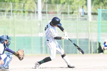 【稲生―津田学園 三回裏2死三塁で津田学園3番小林が左越適時二塁打を放つ。津田学園10点目=松阪球場で】
