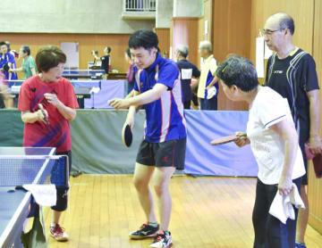 【部員(中央)から技術指導を受ける「すばる」の会員ら=津市修成町の百五銀行体育館で】