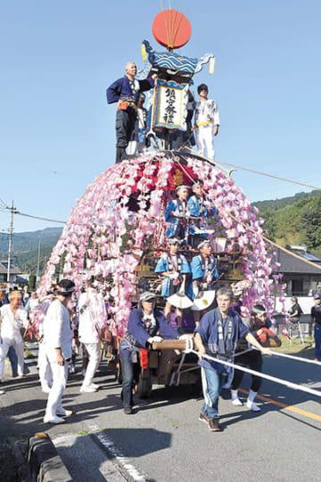 地区内を華麗に曳き回された笠鉾=15日午後、皆野町上三沢の三沢八幡大神社付近