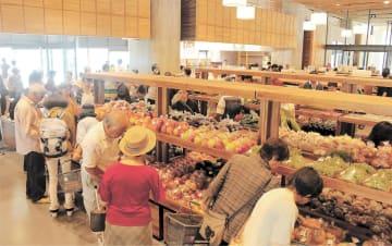 大勢の買い物客でにぎわう地元産品の販売コーナー
