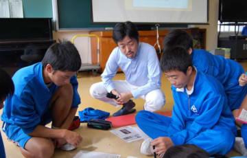 地域課題の解決方法を探る野沢友宏さん(中央)と見前中の3年生