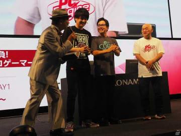 写真左から、司会の森一丁氏、裏切りマンキーコングの西澤祐太朗さんと関谷風次さん、高橋名人。