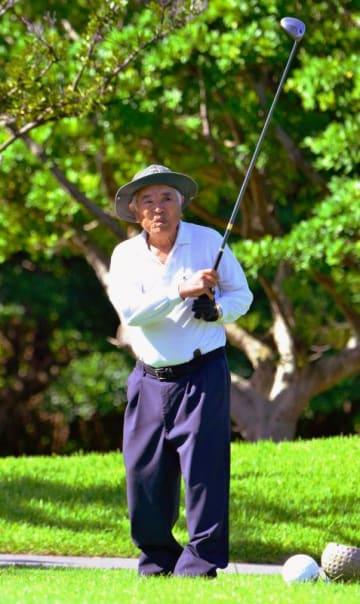 93歳のゴルファー、比嘉一照さん。7月には29回目のホールインワンを達成した=11日、読谷村の残波ゴルフクラブ