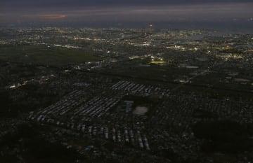 台風15号による被害で広域停電が続く千葉県市原市の住宅街。16日で発生から1週間となる。奥は千葉市方面=15日午後6時5分(共同通信社ヘリから)