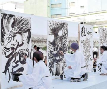 竜を書き上げるライブペイントを披露するアーティストたち