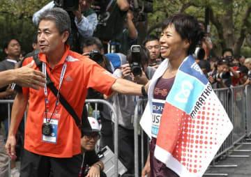 レース後、ワコールの永山忠幸監督に迎えられ笑顔を見せる福士(東京・明治神宮外苑)