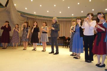 宮本文昭さんの司会で行われた「茨城の名手・名歌手たち」演奏会後のアフターイベント=水戸市五軒町