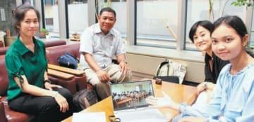 寺子屋で学べたことに感謝するアン・サムナンさん(右端)ら=大分市の大分合同新聞社