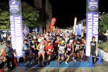 夜明け前に100キロコースのスタートを切るランナーたち+(京丹後市網野町・アミティ丹後)