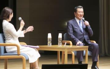 交通イベントで運転免許返納について話す加山雄三さん(右)=16日午後、東京都千代田区